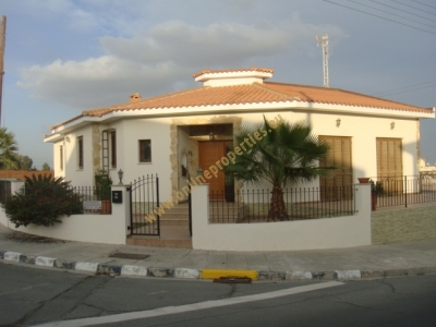 Nice 3-bed with swimming pool!