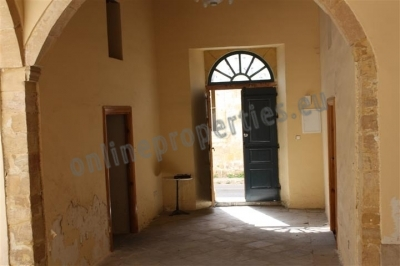 House for sale in the old town with enclosed yard