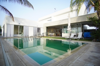 LUXURY VILLA WITH GARDEN AND POOL FOR SALE