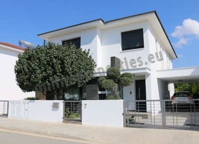 Luxurious 4 bedroomed house with sw/pool