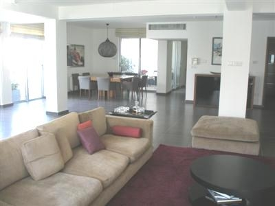Resale Luxurious 3 Bedroom Apartment in Lycavitos