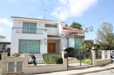 COMFORTABLE 2 LEVELS 3 BEDROOM HOUSE WITH POOL